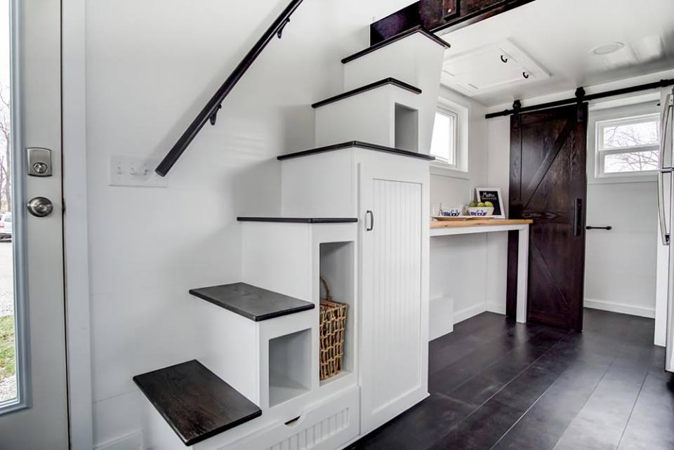 rangements intélligents sous l'escalier dans une tiny house