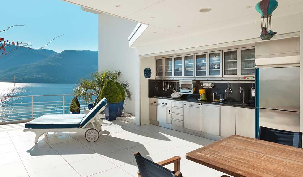Pool house contemporain avec une cuisine d'été moderne