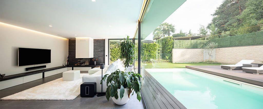 Salon avec baies vitrées pour plan pool house